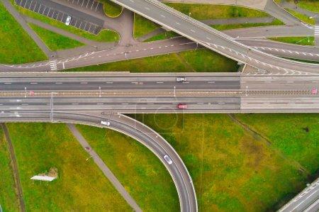 Photo pour Vue aérienne aux carrefours de l'autoroute de la ville. Les véhicules roulent sur la route - image libre de droit