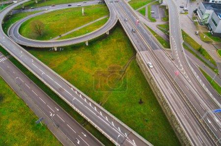 Luftaufnahme an Kreuzungen der Stadtautobahn. Fahrzeuge fahren auf Straße