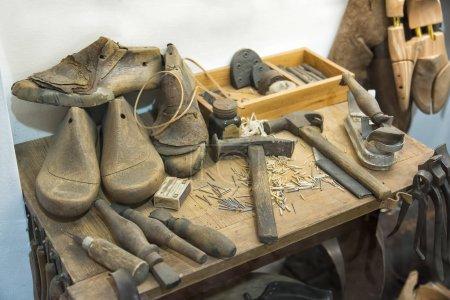Photo pour Outils de cordonnier sur la table - image libre de droit