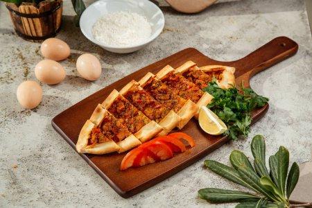 Photo pour Brochet turkish servi avec tomates, persil et citron - image libre de droit