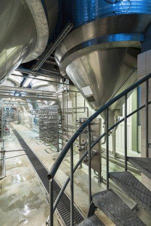 Photo pour Close Up Of Modern Beer Factory. Rangées de réservoirs en acier pour la fermentation et la maturation de la bière. (image iso haute) - image libre de droit