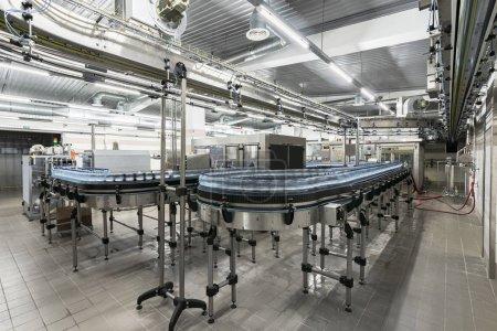 Photo pour Ligne de production moderne avec bouteilles en plastique avec eau en usine. - image libre de droit
