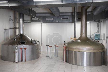 Photo pour Production brassicole - cuves de moût d'acier modernes, intérieur de la brasserie. - image libre de droit