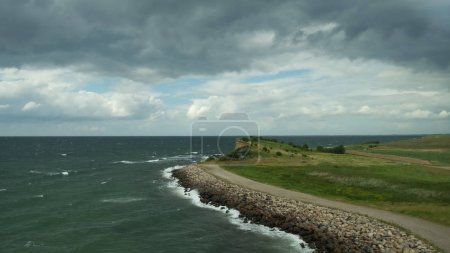"""Photo pour Vue du pont storebaelt sur la côte par une journée d """"été. Isbadsmuseet, Korsor, Danemark, juillet 2019 - image libre de droit"""