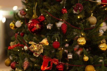 Photo pour Jouets et cordage sur le sapin de Noël - image libre de droit