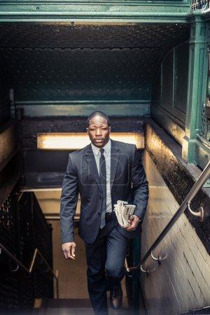 Photo pour Homme d'affaires confiant. Jeune homme en costume complet sortant de la station de métro à New York - image libre de droit