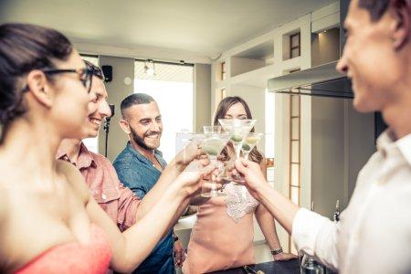 Photo pour Groupe d'amis faire la fête à la maison, boire des cocktails - image libre de droit