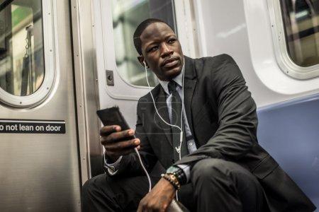 Photo pour Beau homme d'affaires en costume dans le métro de New York - image libre de droit