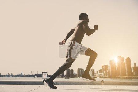 Photo pour Un homme sportif s'entraîne à l'extérieur. Jogging coureur, mode de vie sain et concept sportif - image libre de droit
