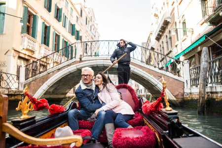 Photo pour Couple d'amoureux en vacances à Venise, Italie. Touristes en voyage sur une gondole vénitienne - image libre de droit