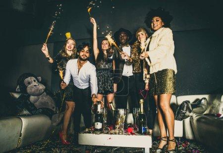 Photo pour Groupe multi-ethnique d'amis fête dans une discothèque. Clubbers fête - image libre de droit
