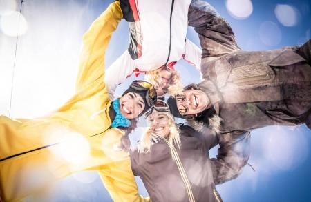 Photo pour Groupe d'amis s'amusant sur la neige - image libre de droit