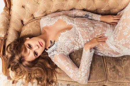Photo pour Femme magnifique en robe blanche - image libre de droit