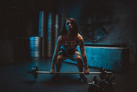 Photo pour Les jeunes font de l'entraînement fonctionnel dans la salle de gym grungy - image libre de droit