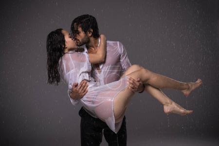 Photo pour Couple d'amoureux sous la pluie - image libre de droit