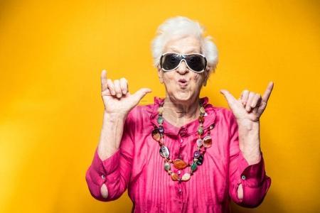 Photo pour Portrait de grand-mère dans le studio. Concepts sur l'ancienneté - image libre de droit