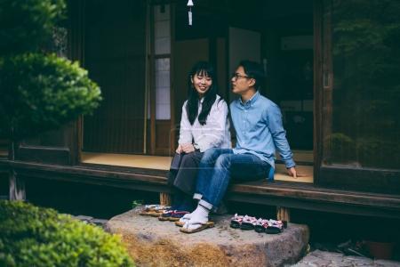 Photo pour Jeune couple japonais passer du temps dans leur maison - image libre de droit