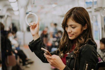 Photo pour Belle japonais femme dans l 'underground - image libre de droit