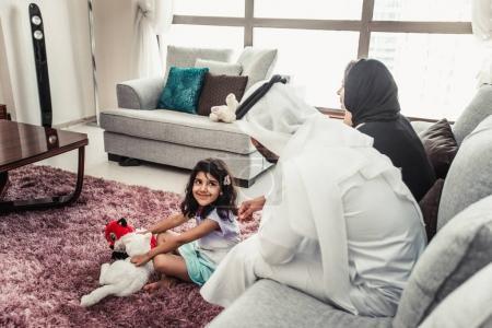Foto de Momentos de la vida familiar feliz árabe en casa - Imagen libre de derechos