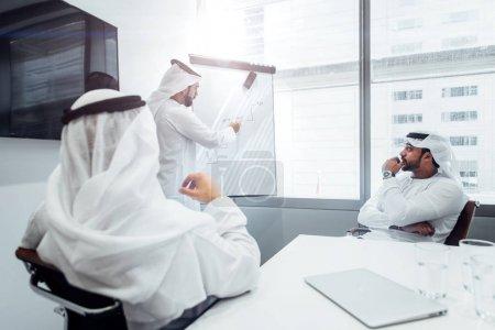 Photo pour Équipe des affaires arabes au bureau - image libre de droit