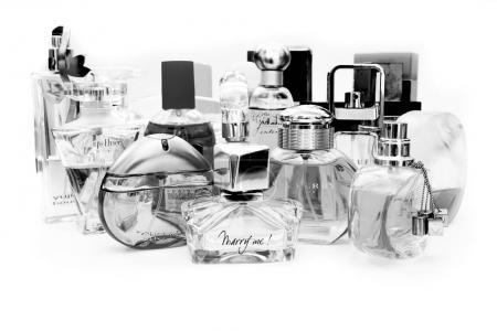 Photo pour Moscou (Russie), le 9 août 2017 - beaucoup de bouteilles de parfum et d'eau de toilette ensemble, sur un fond blanc. Parfums Nina Ricci, Dior, Lancome, Ives Rocher, Burberry, Escada, First Van Cleef & Arpels, Davidoff, Eastee Lauder, Lanvin . - image libre de droit