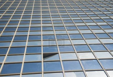Photo pour Architecture moderne. Parois transparentes avec petites fenêtres entrouvertes. Inclinez la photo gros plan du fragment avec vitrage structurel d'immeuble. Fond Abstrait verre - image libre de droit