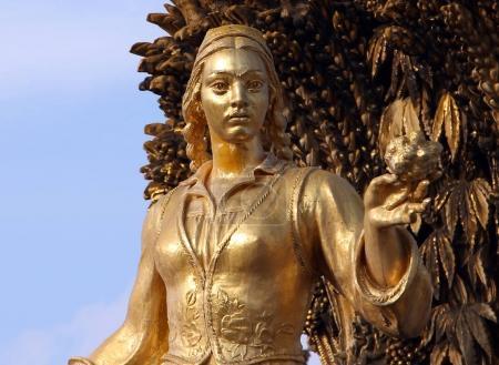 Photo pour Woman symbolizing Uzbekistan - part of the fountain Friendship of Nations (1954), All Russian Exhibition Center - image libre de droit