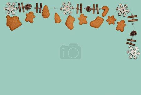 Photo pour Biscuits en pain d'épices, flocons de neige, cônes. Noël sur un fond vert - image libre de droit