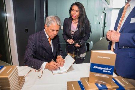 Photo pour La Haye, Pays-Bas - 18 juin 2019 : un écrivain signe son nouveau livre publié et les signe - image libre de droit