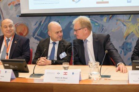 Photo pour La Haye (Pays-Bas) - 1er octobre 2018 : deux orateurs sur la scène derrière un bureau pour une conversation - image libre de droit