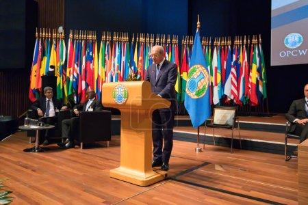 Photo pour La Haye (Pays-Bas) - 27 novembre 2017 : un orateur sur la scène d'une conférence / sommet de l'OIAC au Forum mondial. - image libre de droit