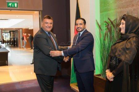 Photo pour La Haye, Pays-Bas - 03 septembre 2018 : l'ambassadeur de l'afghanistan accueille ses invités avec une poignée de mains - image libre de droit
