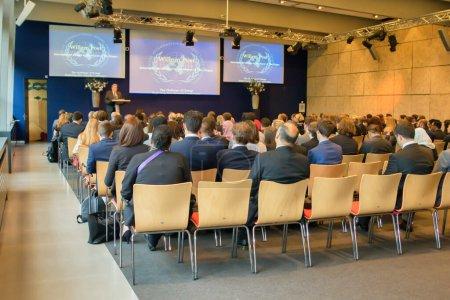 Photo pour La Haye (Pays-Bas) - 13 juin 2015 : une présentation dans une salle où les spectateurs écoutent. - image libre de droit