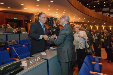 Photo pour The Hague, the Netherlands - November 30 2017 : the excisting and newely elected director general of the opcw shake hands - image libre de droit