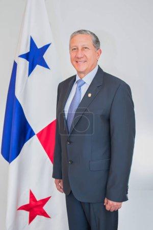Photo pour La Haye, Pays-Bas - 1er avril 2015 : l'ambassadeur du Panama sur un portrait formel avec le panaméen derrière lui. - image libre de droit