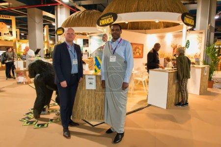 Photo pour Utrecht, Pays-Bas - 10 janvier 2017 : Un ambassadeur et son équipe présentent le stand du Rwanda à une foire du voyage, vakantiebeurs - image libre de droit
