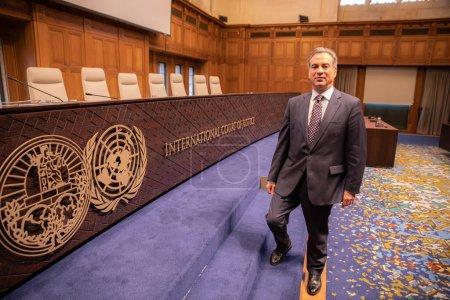 Photo pour La Haye, Pays-Bas - 6 décembre 2019 : visite du palais de la paix par un groupe de vip ambassadeurs - image libre de droit