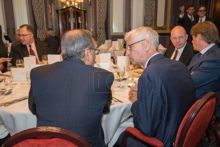 Photo pour La Haye, Pays-Bas - 15 juin 2015 : deux diplomates participent à un déjeuner de réseau et discutent - image libre de droit