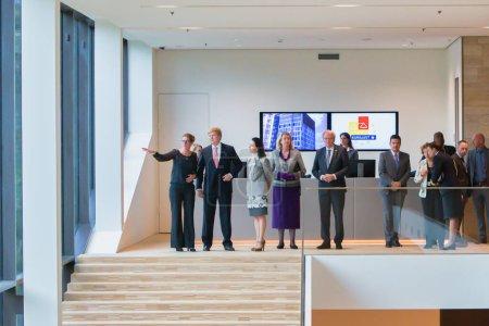 Photo pour La Haye, Pays-Bas - 04 octobre 2017 : le roi des Pays-Bas, willem alexander, visite le nouveau bâtiment d'Eurojust avant la cérémonie d'ouverture - image libre de droit