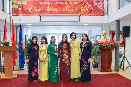 Photo pour La Haye, Pays-Bas - 2 février 2020 : le personnel de l'ambassade féminine est vêtu de la robe vietnamienne traditionnelle pour les violons de l'année lunaire - image libre de droit
