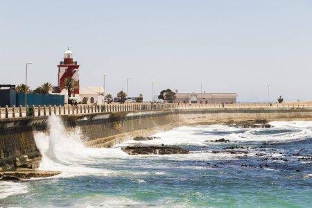Photo pour Fortes vagues rebondissent contre la protection contre les vagues, brise-lames, promenade Sea Point au Cap, Afrique du Sud . - image libre de droit