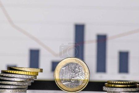 Photo pour 1 euro pièce devant un diagramme graphique pour le pronostic financier et l'évolution du marché montre comme graphique en arrière-plan le marché européen et le commerce européen, même avec le portefeuille d'investissement brexit en espèces - image libre de droit