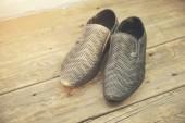 člověk boty na dřevěné pozadí