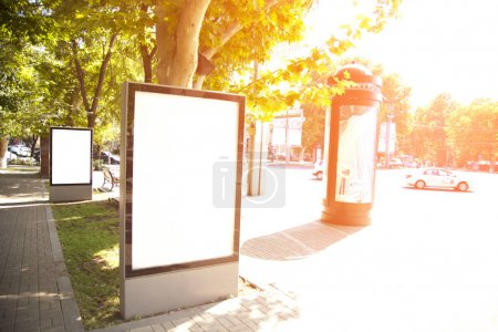 Photo pour Panneau d'affichage publicitaire vide dans la rue. - image libre de droit