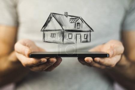 Photo pour Mains masculines avec téléphone et salon - image libre de droit