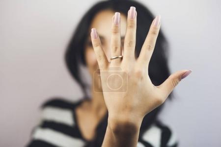 la main avec la bague de mariage