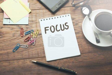 Photo pour Focus texte sur la page avec stationnaire sur tabale - image libre de droit