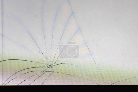 détails d'un écran cassé d'un téléphone mobile qui fonctionne toujours