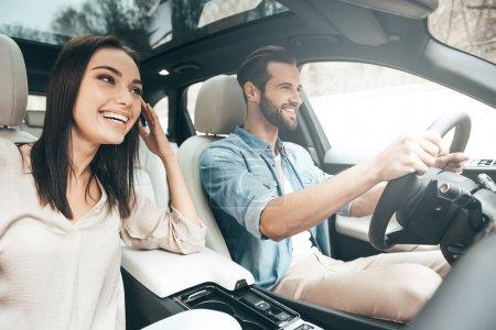 Schönes Paar fährt Auto