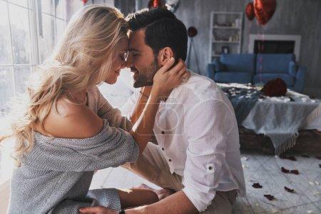 Photo pour Collage de beau couple jeune et souriant tout en siégeant à la chambre à coucher, célébrant Saint Valentin - image libre de droit